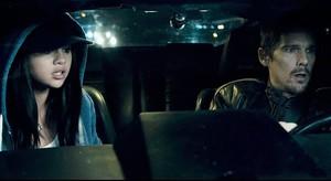 Selena GomezyEthan Hawke, en una escena de la película Getaway.