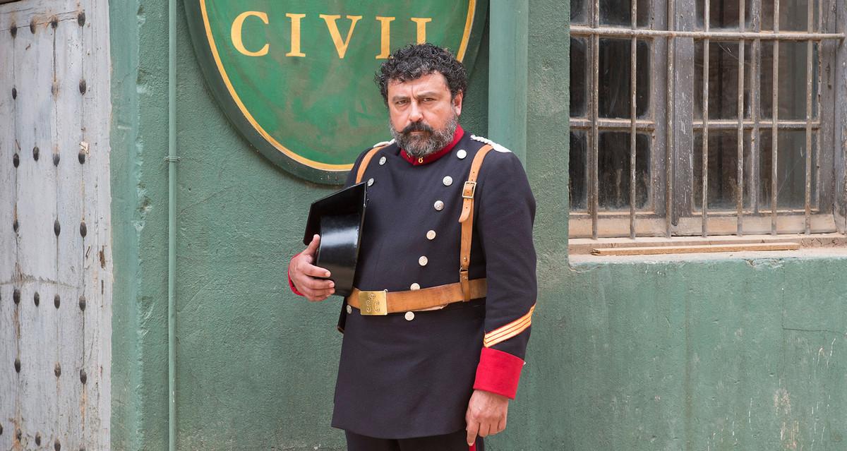 El actor Paco Tous, como guardia civil, en la serie de TVE-1 'Víctor Ros'.