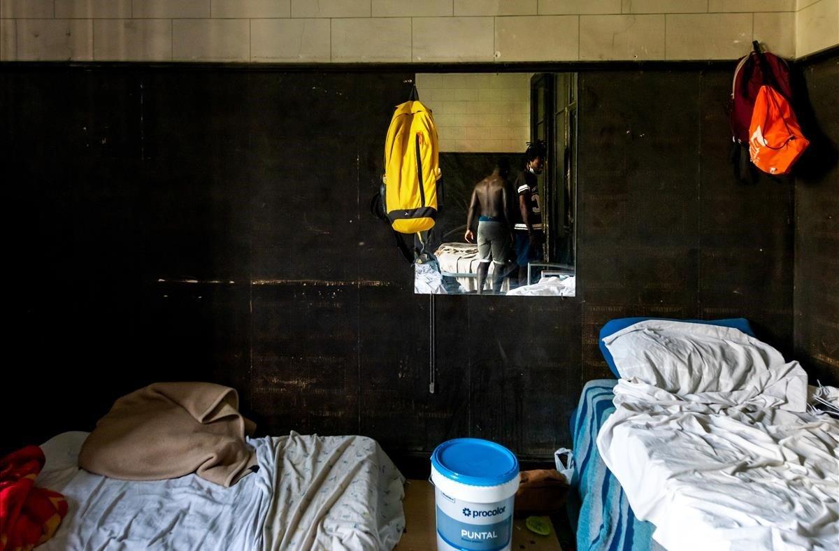 Habitación de un piso en el que vive un grupo de temporeros sin trabajo de Lleida.