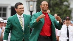 Tiger Woods recibe la chaqueta verde del anterior ganador Patrick Reed en la ceremonia del Masters