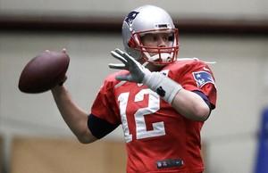 Tom Brady se dispone a pasar durante un entrenamiento en Minneapolis el miércoles.