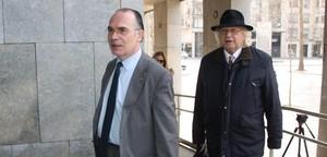 Torramadé (izquierda), en los juzgados de Girona junto a su abogado, Miquel Mir, en marzo del 2014