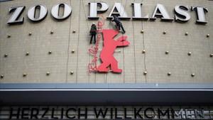 Trabajos de preparación en el cine Zoo Palast de Berlín previos a la inauguración de la Berlinale