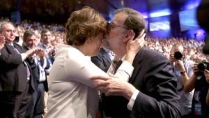 Rajoy se despide de Santamaría tras haber pronunciado su último discurso como presidente del PP, el viernes en el congreso del PP.