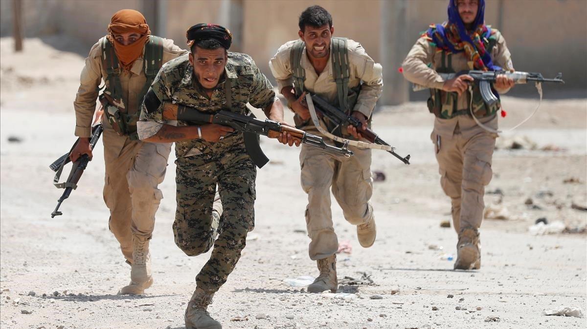 Combatientes kurdos delYPG en Raqqa, Siria, en una foto de julio del 2017.