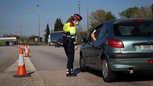 Una agente en un control en el peaje de la autopista de La Roca del Vallès.
