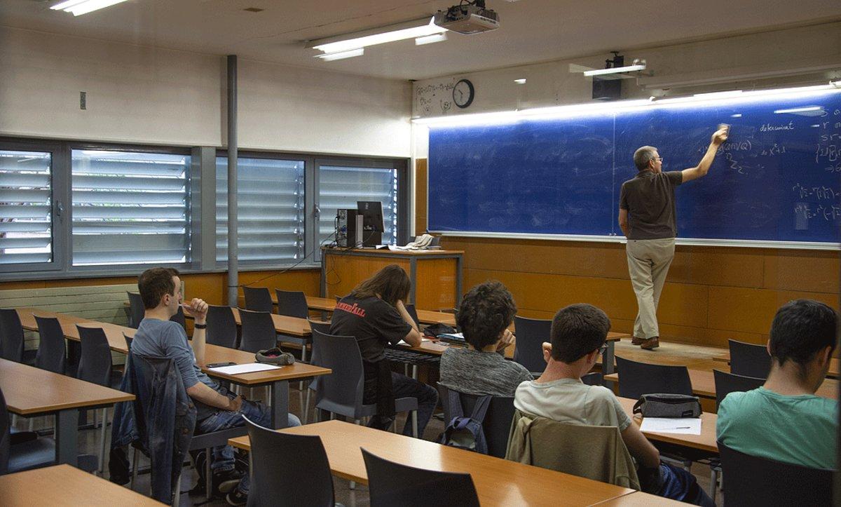 Imagen de archivo de una clase medio vacía por falta de alumnos, en la Facultad de Matemáticas de la Universitat de Barcelona