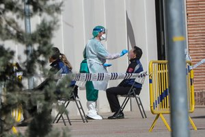 Una sanitaria realiza a un policía un test rápido, en Madrid.