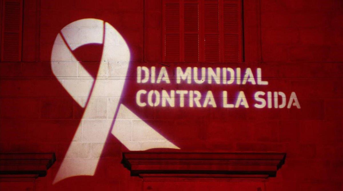 El ayuntamiento de Barcelona iluminado de rojo con motivo del Día Internacional del Sida.