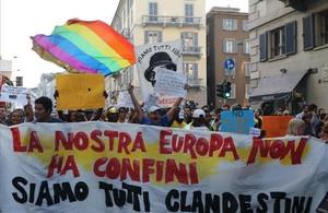 Los manifestantes en Milán con sus pancartas que llevaban el esloganNuestra Europa no tiene fronteras, somos todos clandestinos.