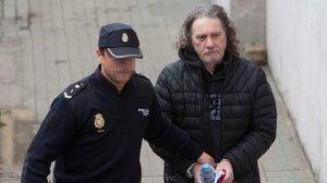 Un policía conduce a Sito Miñanco a la Audiencia de Pontevedra el pasado octubre.