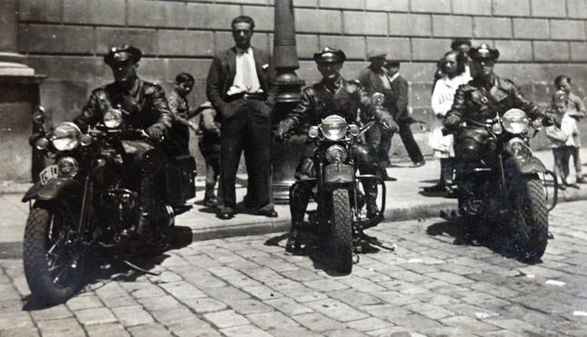 Uns mossos, el 1930, motoritzats amb motos Harley.