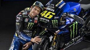 Valentino Rossi, a punto de cumplir los 40 años, posa junto a su nueva Yamaha Monster.