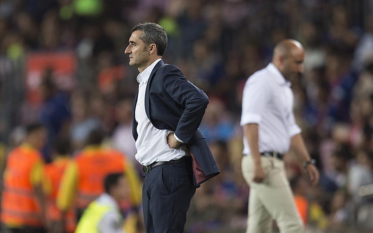 Valverde, en la banda, durante el partido con el Alavés con la figura de Pitu Abelardo, al fondo