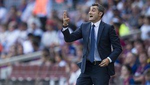 Valverde hace indicaciones desde la banda del Camp Nou ante el Athletic.