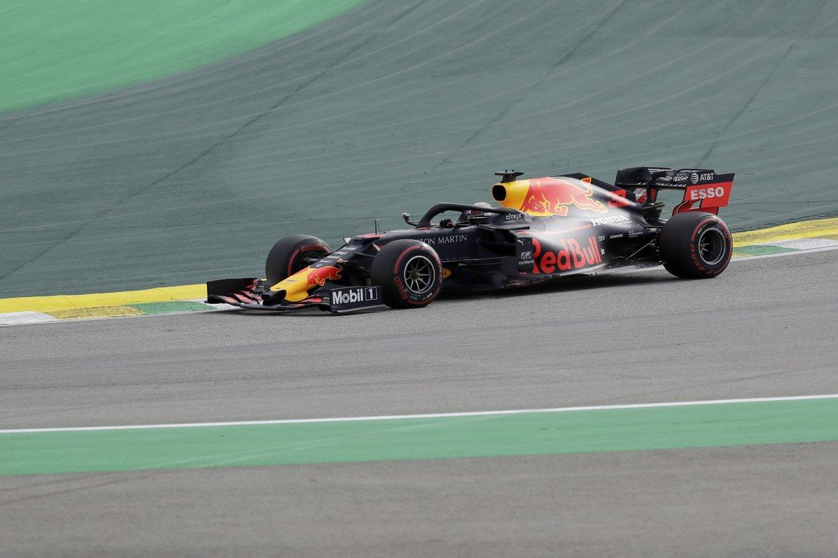 Max Verstappen, al volante, con su coche, durante los entrenamientos de Interlagos.
