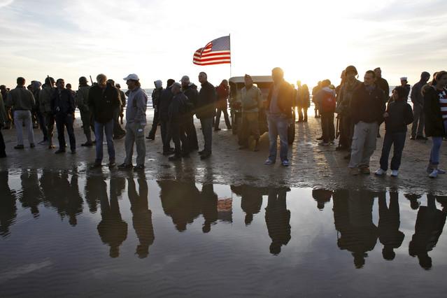 Veteranos y vecinos recuerdan el desembarco de Normandía, este viernes en la playa de Omaha.