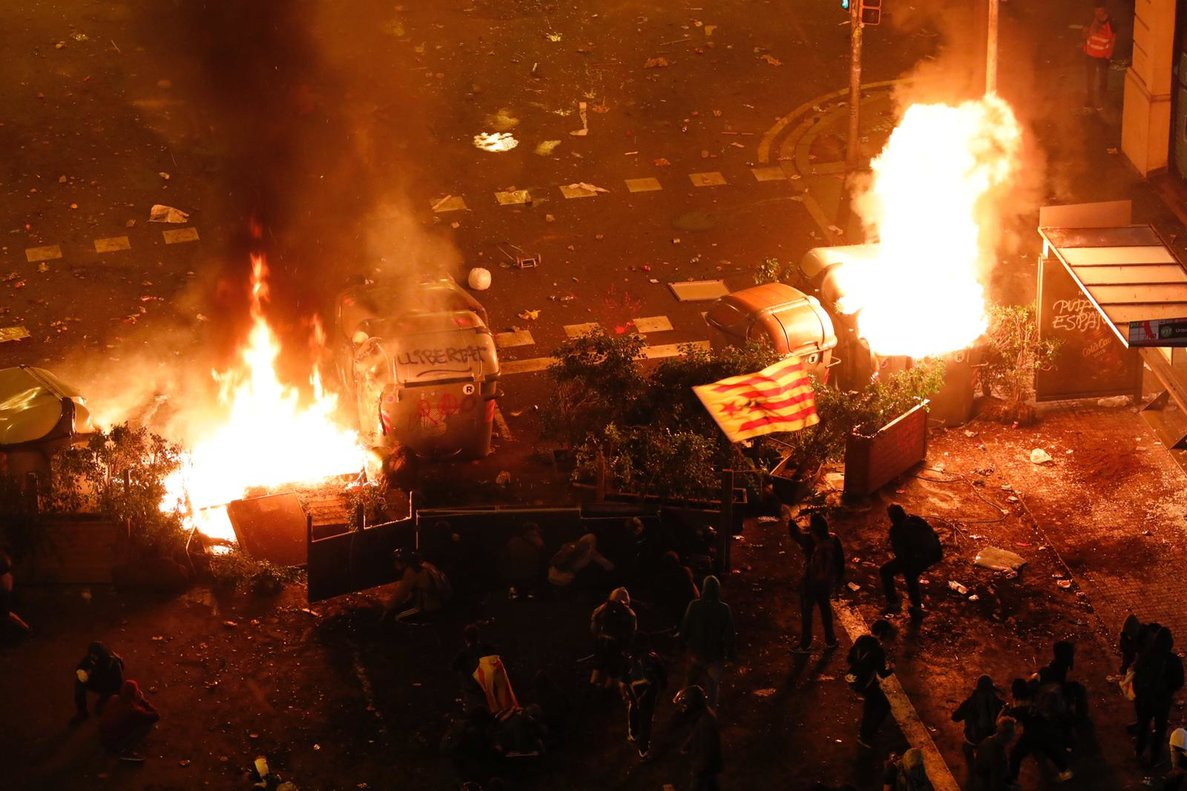 Via Laietana en llamas durante los disturbios.
