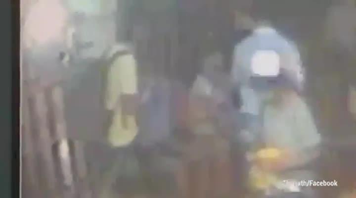 Vídeo en que se ve como el terrorista de Bangkok, vestido con una camiseta amarilla, coloca disimuladamente la bomba bajo un banco.