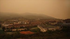 El oeste de Oviedo, cubierto de humo, el lunes por la mañana.