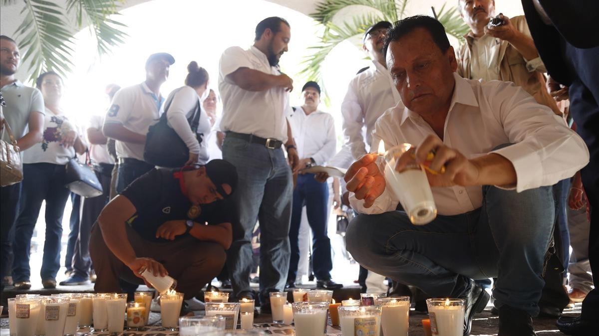 Un grupo de policías acompanados de familiares y colectivos ciudadanos protestan elpasado miércolesen la ciudad de Guadalajara,ante elasesinato de al menos seis de sus colegas por el crimen organizado en elestadode Jalisco.