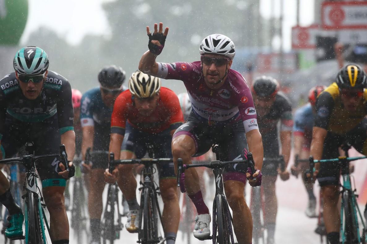 Elia Viviani presume con la mano de su cuarta victoria en el Giro.