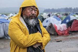 Ai Weiwei en su visita al campamento de refugiados de Idomeni, en la frontera entre Grecia y Macedonia.