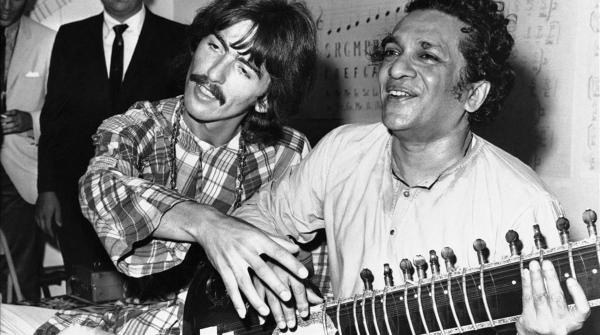 George Harrison, junto al virtuoso del sitar Ravi Shankar, en 1967.