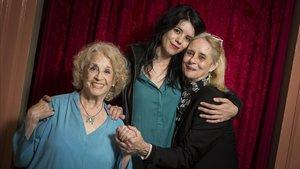 Montserrat Carulla (izquierda) junto a su hijaVicky Peña (derecha)y su nieta Miranda Gas, tres generaciones de actrices.