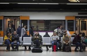 Andenes de Rodalies en la estación de Sants.