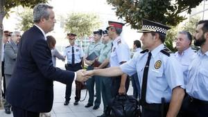 El conseller de Interior, Joaquim Forn, saludando a los responsables de los cuerpos policiales este jueves en Cambrils (Tarragona).