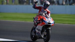 Cop d'autoritat a Anglaterra: venç Dovizioso, trenca Márquez