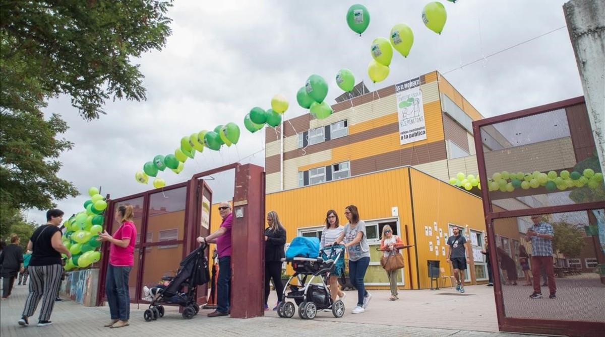Entrada al colegio Els Pinetons de Ripollet, el pasado martes.