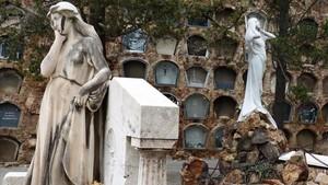 En primer plano una de las esculturas de Josep Llimona en el Cementiri de Montjuïc descubierta por Montse Oliva; al fondo, una pieza de Enric Clarasó.
