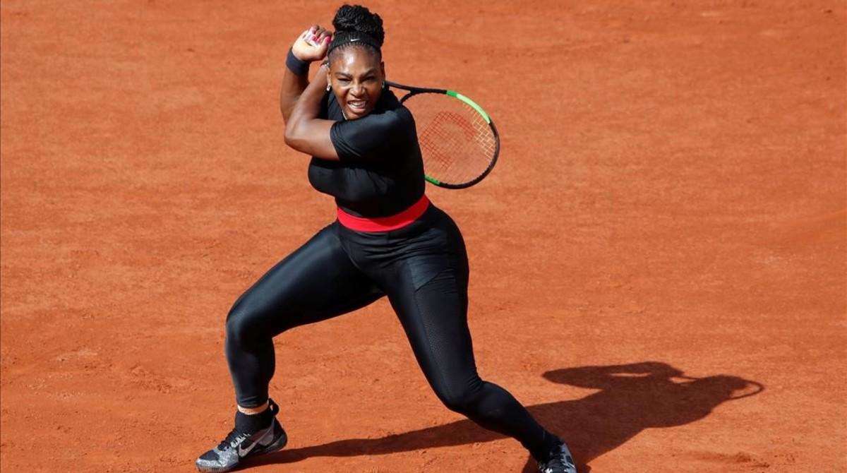 Serena Williams regresa con victoria y un atuendo impactante