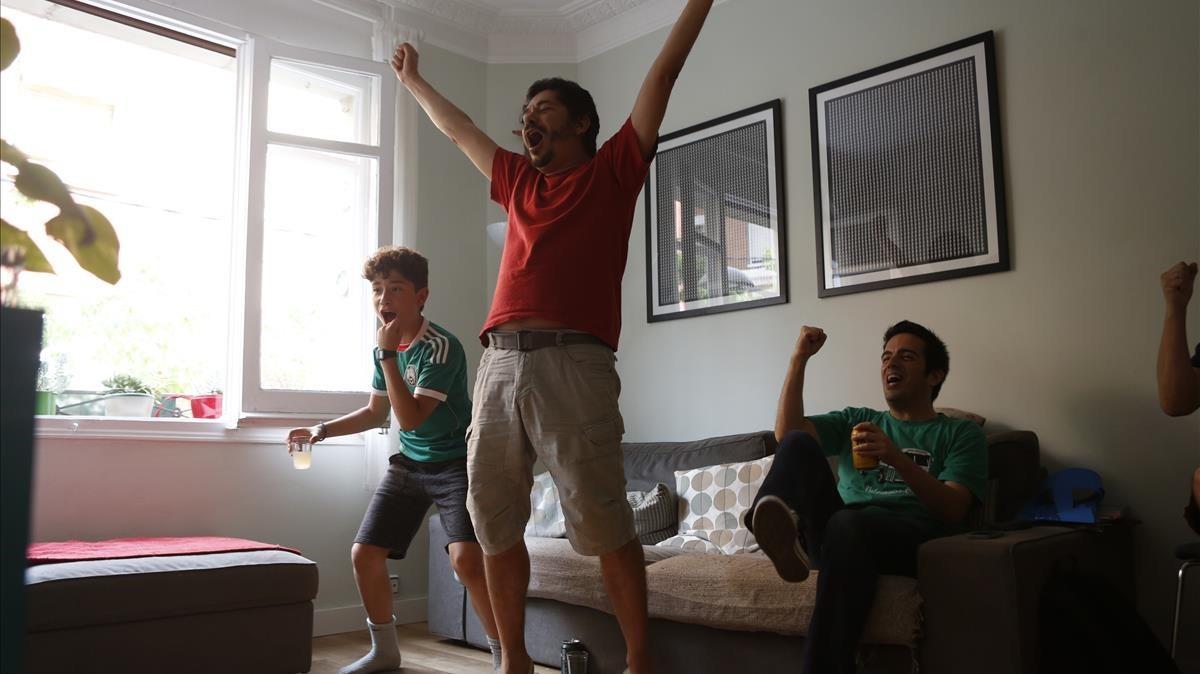 La alegría del gol en casa de los Villalobos en Barcelona.