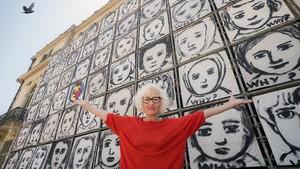 Carme Solé Vendrell, el miércoles junto al mural Why? que luce en el Palau Robert.