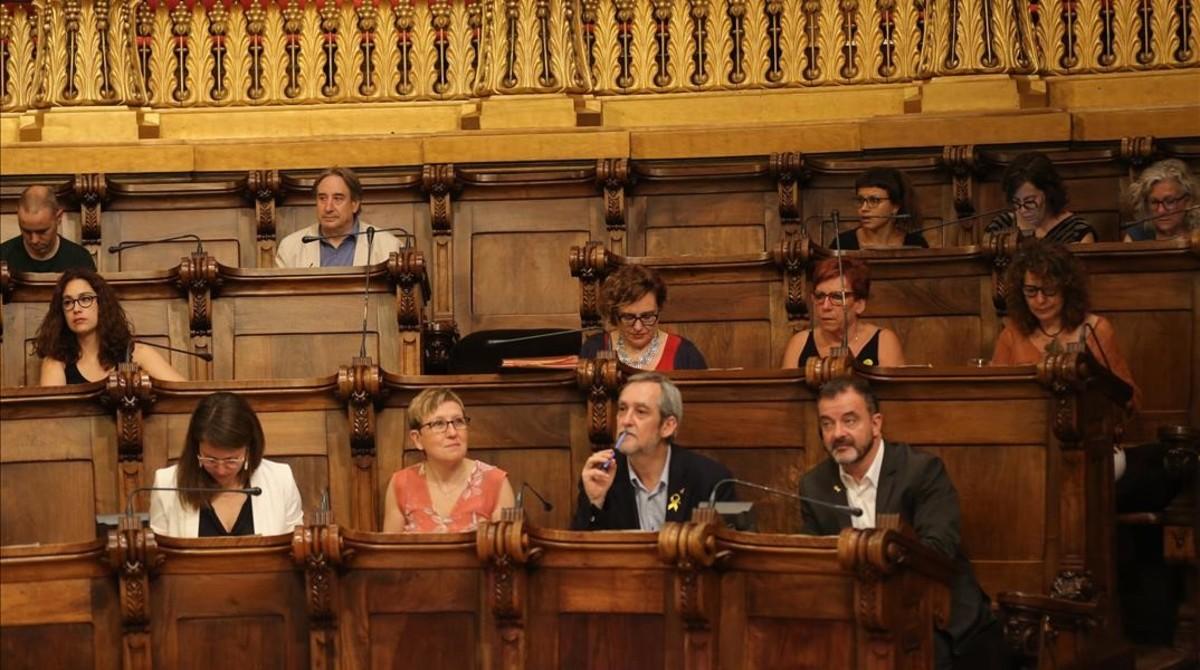 Puigcorbé (en el fondo), detrás de Albert Bosch, líder municipal de ERC.