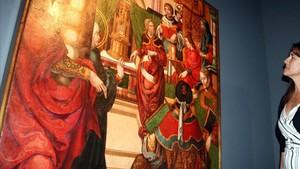 La consellera de Cultura Laura Borràs observa la tabla Jesús entre els doctors de la llei, en el Musue de Lleida.