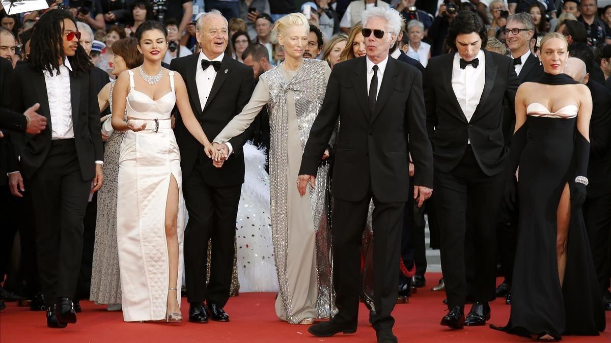 Jim Jarmusch (pelo blanco, gafas de sol y americana con guiño vaquero), con los actores de 'The dead don't die'Chloe Sevigny, Selena Gomez, Adam Driver,Bill Murray y Tilda Swinton, en Cannes, este martes.