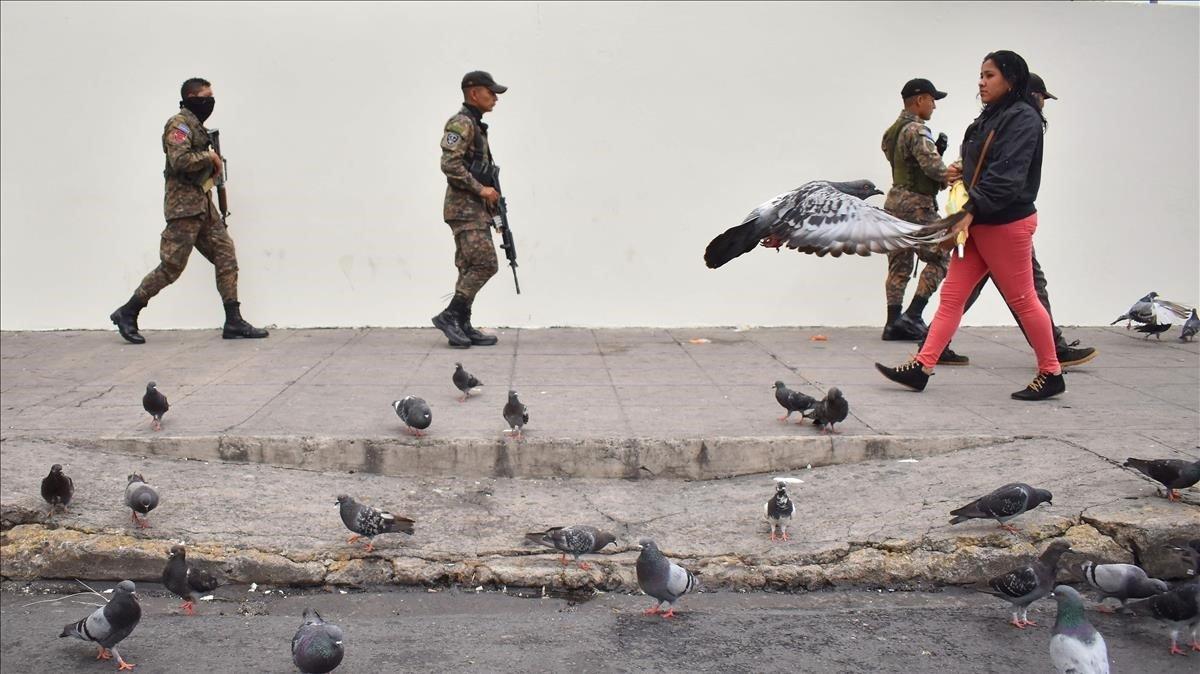 Una patrulla de soldados ayer en San Salvador.