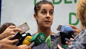 Carolina Marín atiende a los medios en Huelva tras su entrenamiento.
