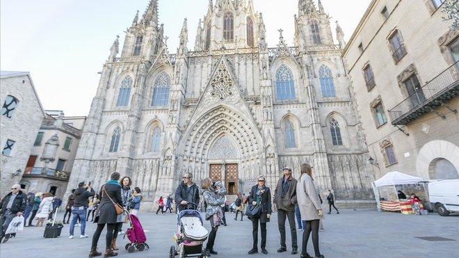 La fachada de la catedral, obra de Josep Oriol Mestres, data de finales del siglo XIX principios del XX.