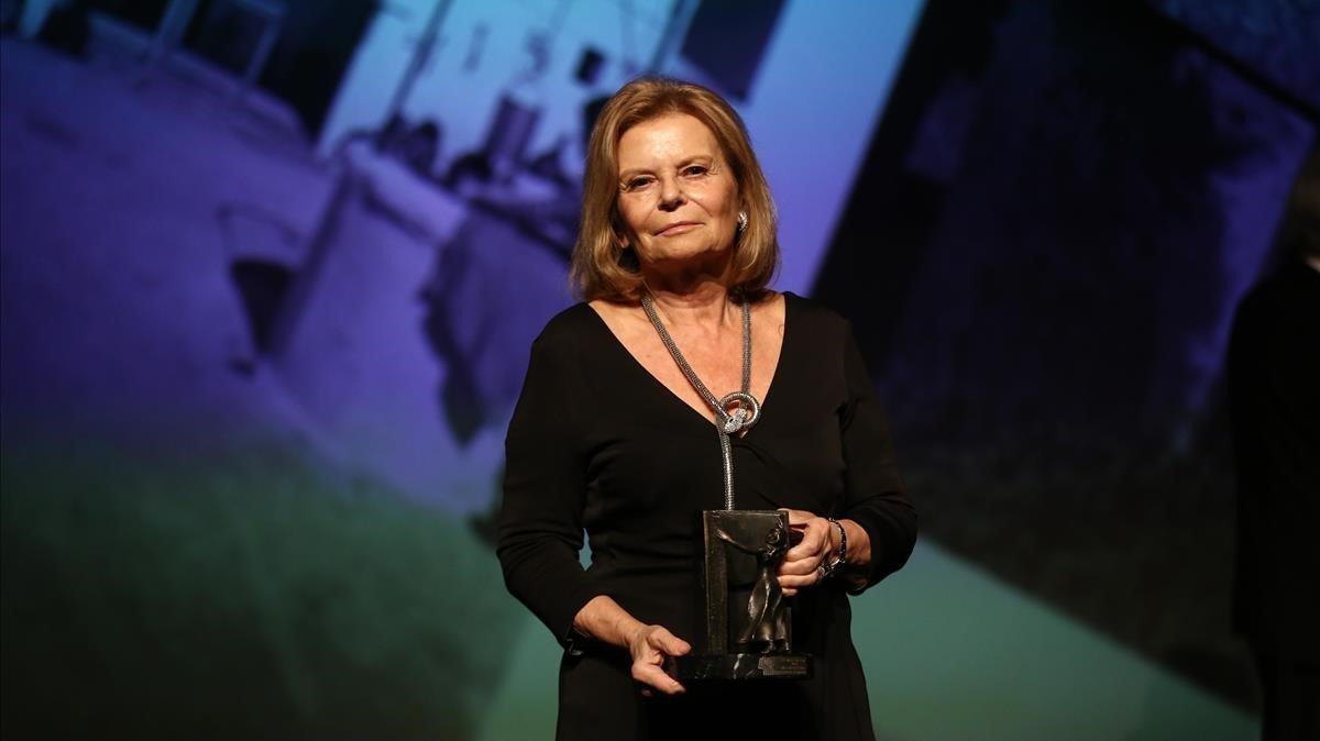 Carme Riera, esta noche en la Nit de l'Edició, tras recibir el Premi Atlàntida del Gremi d'Editors de Catalunya.