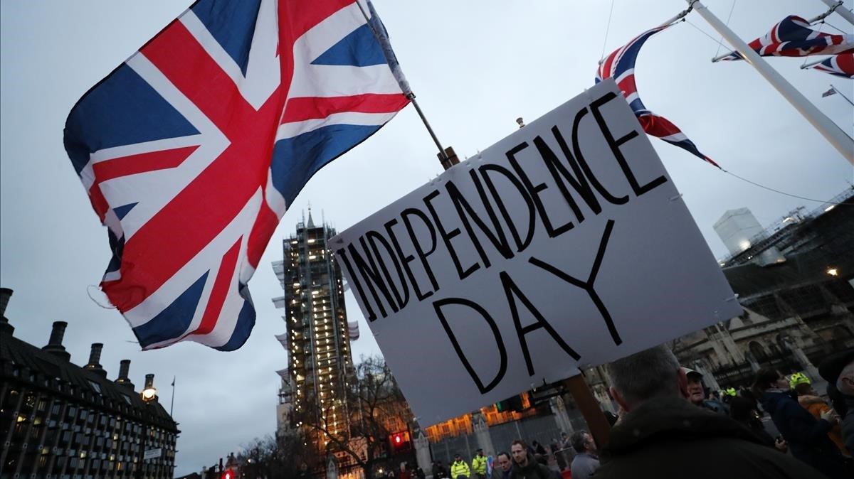 Manifestante favorable al 'brexit' paseando por las calles de Londres.