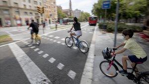 Bicicletas circulando por la Diagonal con el Paseo de Sant Joan.