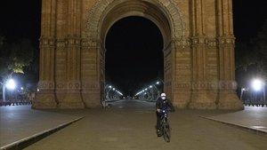 Noche de toque de queda, este lunes, en el Arc de Triomf de Barcelona.