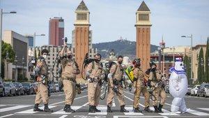 Los miembros de Ghostbusters Catalunya exhiben poderío antifantasmas en la plaza de Espanya.