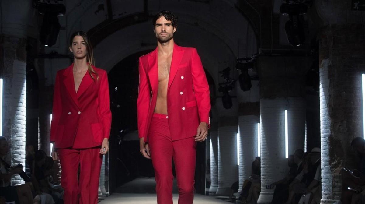 Unos modelos lucen diseños de Miquel Suay, en la primera jornada de la pasarela 080 Barcelona Fashion.