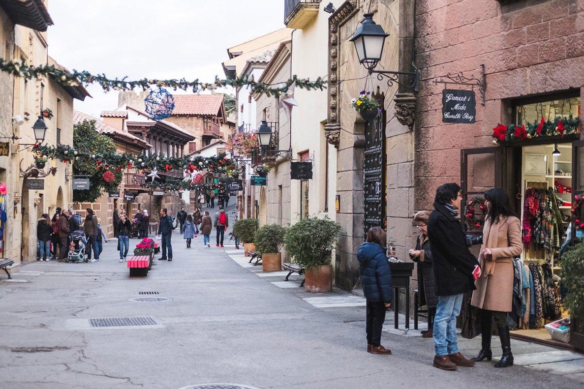 Las calles del Poble Espanyol tienen decoración navideña.